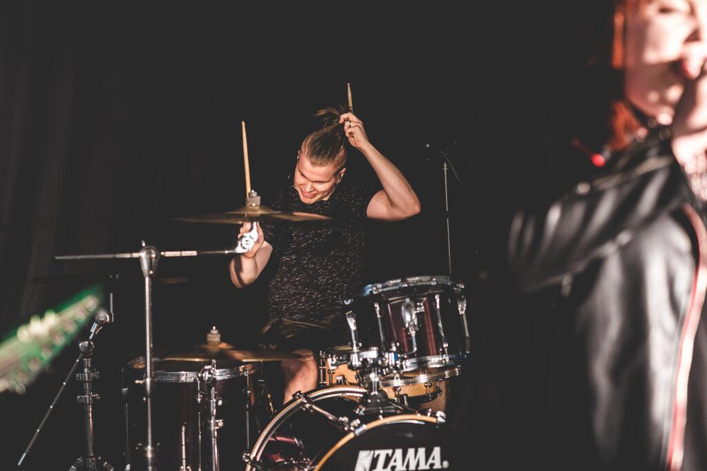 Pelastava Tekijä, rumpalipromokuva, ohjelmatoimisto Tour de Talents